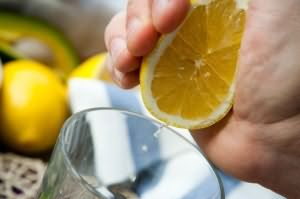 Для приготовления шампуня подойдет только свежий лимонный сок