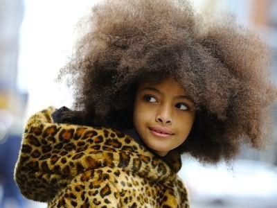 Было бы совершенно нелишним сопровождать каждый тип волос этикеткой, такой, которая прикрепляется к одежде. Тогда инструкция к кудрям выглядела бы так «Внимание! Использовать только мягкие шампуни! Не сушить феном! Не выравнивать!»