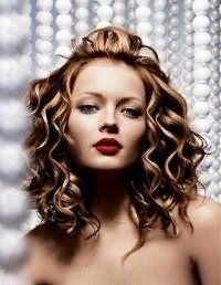 Красивая быстрая укладка для волос средней длины.