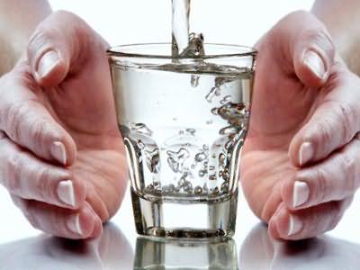 Недостаток воды в организме может стать причиной тусклости и выпадения локонов