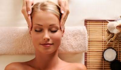 Массаж головы провоцирует приток крови к голове и насыщает кислородом волосяные луковицы
