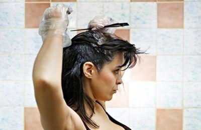 Окраску волос лучше проводить натуральными красками, не подвергая их агрессивному воздействию химии.