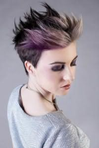 Креативный серо-фиолетовый цвет волос для короткой асимметричной стрижки с дерзкой укладкой гармонично выглядит с макияжем смоки айс в фиолетовых тонах для обладательниц карих глаз