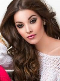 Каштановый цвет волос с колорированием для длинных волос, уложенных в виде крупных локонов, гармонично дополнит вечерний макияж смоки айс для карих глаз