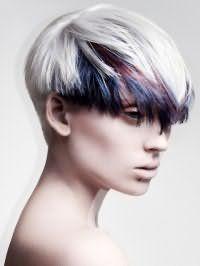 Вариант креативного окрашивания в пепельный оттенок с мелированными сине-сливовыми прядками хорошо смотрится на коротких волосах густого типа и подходит девушкам с карими глазами