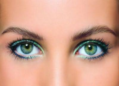 Зеленые глаза болотного оттенка.