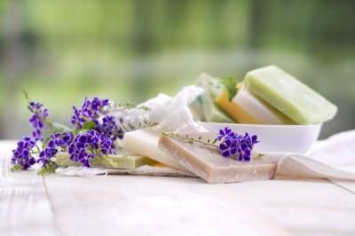 Для основы домашнего шампуня берется детское, глицериновое или оливковое мыло