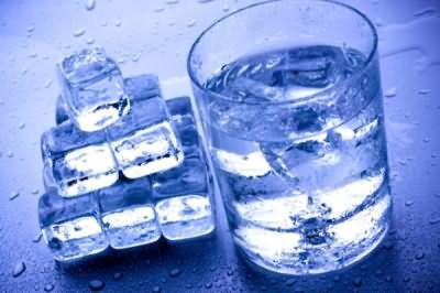 Талая вода – отличный вариант, если нет специальных приспособлений для очистки