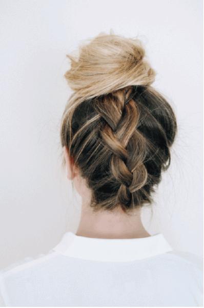 Для большей оригинальности косу можно заплести снизу вверх