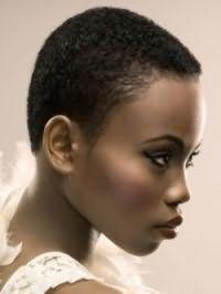 Модная ультракороткая стрижка в мужском стиле для кудрявых волос густого типа с выбритыми висками для обладательниц черных волос