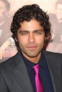 Элегантная стрижка для мужчин на короткие кудрявые волосы черного цвета
