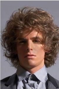 Объемная повседневная укладка мужской стрижки на средние кудрявые волосы светло-русого оттенка тонкого типа
