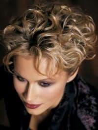 Женскую модную стрижку для кудрявых волос средней длины гармонично дополнит окрашивание в светло-русый цвет, а тонкие локоны станут послушными за счет специальных спреев для данного типа волос