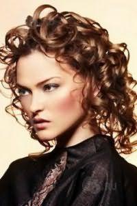 Вариант стрижки для жестких кудрявых волос средней длины шоколадного оттенка