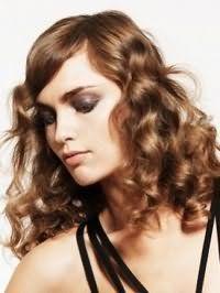 Повседневная укладка женской стрижки на кудрявые волосы густого типа русого цвета средней длины
