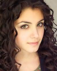 Женская стрижка с повседневной укладкой для кудрявых средних волос тонкого типа темно-каштанового цвета