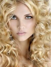 Блондинкам с длинными кудрявыми волосами и треугольной формой лица подойдет стрижка с одноуровневыми прядками и укладкой с использованием пенки или лака для волос