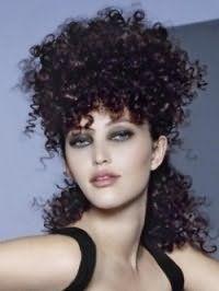 Любительницам стиля 80-90 годов можно сделать стрижку на длинные кудрявые волосы и уложить мелкие кудряшки, акцентируя внимание на объемной верхней части прически