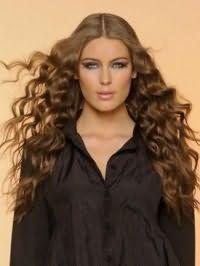 Стрижка на длинные кудрявые волосы средней густоты будет гармонично дополнена классическим прямым пробором и окрашиванием в натуральный русый оттенок