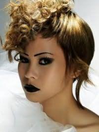 Оригинальный вариант прически для кудрявых волос средней длины состоит в выпрямлении половины кудрей и формировании рваных асимметричных концов, что отлично подходит обладательницам треугольной или овальной формы лица
