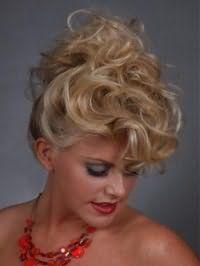 Высокая прическа для блондинок с кудрявыми волосами средней длины стильно смотрится в тандеме с челкой на бок