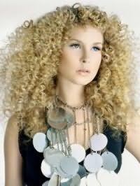 Прическа на длинные кудрявые волосы в виде мелких африканских завитушек, дополнительный объем которых создается с помощью средств для укладки