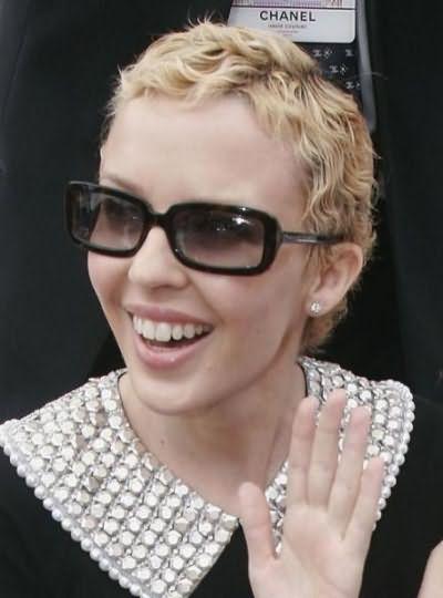 Когда отрастают волосы после химиотерапии пришлось узнать и певице Кайли Миноуг, которая успешно поборола недуг в 2005 году
