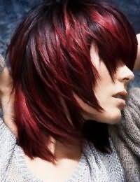 Колорирование бордового оттенка хорошо смотрится на волосах темно-русого цвета со стрижкой лесенка на среднюю длину и гармонирует с легким макияжем в естественных тонах