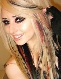 Для блондинок с длинными прямыми волосами отличным вариантом станет многоцветное колорирование черного и бордового оттенка, которое органично дополнит вечерний макияж
