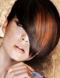 Асимметричную стрижку с удлиненной челкой на волосах каштанового цвета преобразит колорирование рыжего оттенка, дополнят образ макияж глаз темного коричневого тона и бежевая помада