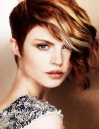 Креативный образ на каждый день в виде гармоничного сочетания асимметричной стрижки на волосах каштанового цвета с колорированными прядями оттенка блонд, уложенными в волны, и макияжа в коричневой гамме