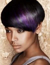 Короткие волосы черного цвета с колорированием фиолетового оттенка органично впишутся в образ в сочетании с дневным макияжем в светло-коричневых тонах, для смуглого типа кожи