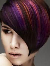 Темно-каштановые волосы в короткой асимметричной стрижке с удлиненной челкой освежит многоцветное колорирование рыжего и сиреневого оттенка, которое сочетается с макияжем в коричневой гамме