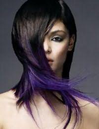 Прямые волосы темного каштанового оттенка хорошо выглядят в сочетании с сиреневым колорированием на стрижке каскад с рваными концами, завершит образ макияж глаз серого оттенка для теплого цветотипа внешности