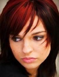 Колорирование красного оттенка на волосах темно-каштанового цвета в стрижке каскад с челкой подчеркнет легкий макияж в натуральных тонах для карих глаз