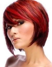 Стрижка каре с челкой на бок на волосах каштанового цвета преображается с колорированием красного оттенка и гармонирует с коричневыми тенями, подчеркивающими черные глаза