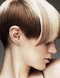 Креативный образ поможет создать короткая асимметричная стрижка с удлиненной челкой, дополненная колорированием оттенка блонд в сочетании с макияжем в естественных тонах