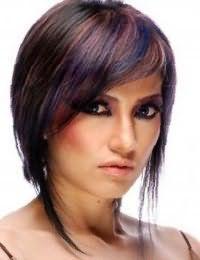 Темно-каштановые волосы на короткой стрижке с удлиненными прядями и колорированием в коричневых и синих оттенках сочетается с макияжем глаз черного цвета и розовой помадой для теплого цветотипа внешности