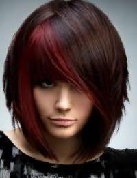 Стрижка каре с косой удлиненной челкой и рваными концами хорошо выглядит с колорированием бордового цвета на каштановых волосах и вписывается в вечерний макияж для зеленых глаз