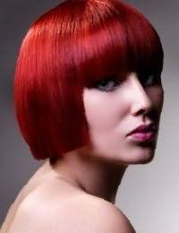 Обладательницам серо-зеленых глаз подойдет стрижка каре с прямой челкой красного цвета с темным колорированием, гармонирующим с помадой розового оттенка