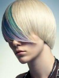Многоцветное колорирование зеленого, сиреневого и синего оттенка отлично выглядит на блондинках с короткой асимметричной стрижкой на прямые волосы с удлиненной челкой