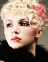 Блондинкам с теплым цветотипом внешности подойдет колорирование розового цвета на кудрявых волосах, дополнят образ макияж глаз в серых и черных тонах и помада розового оттенка