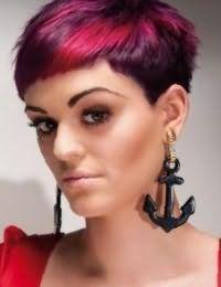 Оттенок волос баклажан великолепно гармонирует с колорированием красного цвета на короткой стрижке с рваными концами и сочетается с макияжем в коричневой гамме