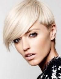 Короткую стрижку на волосах оттенка блонд с удлиненной челкой на бок украсят колорированные кончики коричневого цвета, и дополнит легкий дневной макияж в естественных тонах