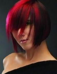 Стрижку каре с удлиненной челкой и рваными концами на волосах черного цвета поможет освежить колорирование красного оттенка, которое отлично вписывается в образ в сочетании с вечерним макияжем