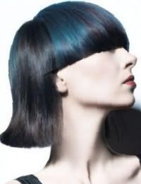 Колорирование бирюзового оттенка великолепно выглядит на прямых волосах черного цвета в стрижке каре с прямой густой челкой, подходит девушкам с холодным типом внешности