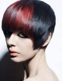 Бордовое колорирование на челке хорошо смотрится на волосах черного цвета в короткой креативной стрижке и дополняется макияжем, состоящим из черной подводки для глаз и помады нежного розового тона