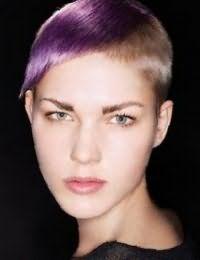 Стильное сочетание русого цвета волос и фиолетового колорирования на короткой стрижке с удлиненной челкой гармонирует с дневным макияжем в естественных тонах