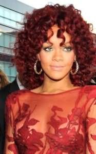 На фото: сочетание рыжих волос и смуглой кожи