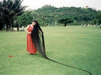 На фото изображена самая длинная в мире челка, которая согласна книге рекордов Гиннеса, принадлежит китаянке Се Киупинг